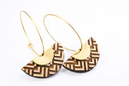 boucles d'oreille en bois gravés - boucles d'oreille écoresponsable - boucles d'oreille graphiques - boucles d'oreille minimalistes - boucles d'oreille contemporaines - bijoux léger - boucles d'oreille géométrique - motifs gravés - made in France - maison zéphyre -