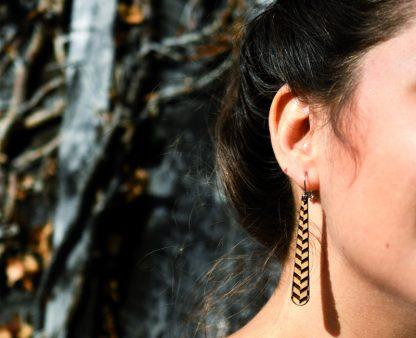 boucles d'oreille en bois gravés à pompom - boucles d'oreille écoresponsable - boucles d'oreille graphiques - boucles d'oreille minimalistes - boucles d'oreille contemporaines - bijoux léger - boucles d'oreille géométrique - motifs gravés - made in France - maison zéphyre -