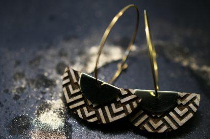 bijoux en bois gravé - bijoux graphiques - bijoux en bois écoresponsable - bijoux contemporains - bijoux design - bijoux géométrique - bijoux recyclés- bijoux plexiglas recyclé - made in France - maison zéphyre -