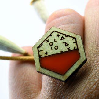 bague hexagone - bagues graphiques - bagues en bois écoresponsable - bague contemporaine - bijoux design - bague géométrique - bijoux recyclés - bijoux plexiglass recyclés - made in France - maison zéphyre -