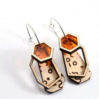 boucles d'oreille hexagone - boucles d'oreille lumineuses - boucles d'oreille graphiques - boucles d'oreille en bois écoresponsable - boucles d'oreille contemporaines - bijoux léger - boucles d'oreille géométrique - bijoux recyclés - bijoux plexiglass recyclés - made in France - maison zéphyre -