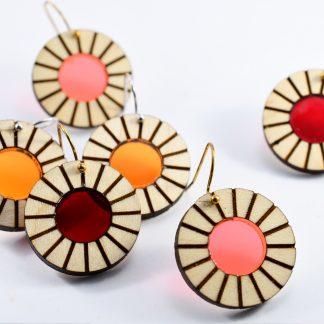 boucles d'oreille lumineuses - bijoux écoresponsables -bijoux recyclés- bijoux plexiglas recyclé- made in France - maison zéphyre - bijoux graphiques - bijoux poétiques - bijoux recyclés - bijoux fait main - artisanat français - bijoux contemporains - bijoux minimalistes - Bijoux géométriques