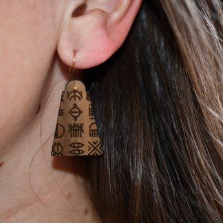 boucles d'oreille en bois gravés - bijoux écoresponsables - made in France - maison zéphyre - bijoux en bois - bijoux graphiques - bijoux poétiques - bijoux recyclés - fait main - artisanat français - bijoux contemporains - bijoux minimalistes - Bijoux géométrique- bijoux chics et élégants -