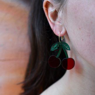 boucles d'oreille cerise - bijoux écoresponsables -bijoux recyclés- bijoux plexiglas recyclé- made in France - maison zéphyre - bijoux graphiques - bijoux poétiques - bijoux recyclés - bijoux fait main - artisanat français - bijoux contemporains - bijoux minimalistes - Bijoux géométrique- bijoux chics et élégants -