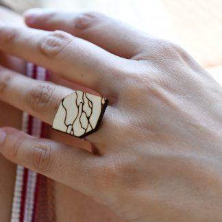 bagues en bois gravés - bijoux écoresponsables - made in France - maison zéphyre - bijoux en bois - bijoux graphiques - bijoux poétiques - bijoux recyclés - fait main - artisanat français - bijoux contemporains - bijoux minimalistes - Bijoux géométrique- bijoux chics et élégants -