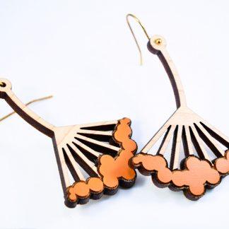 boucles d'oreille fleur en bois gravés - bijoux écoresponsables - made in France - maison zéphyre - bijoux en bois - bijoux graphiques - bijoux poétiques - bijoux recyclés - fait main - artisanat français - bijoux contemporains - bijoux minimalistes - Bijoux géométrique- bijoux chics et élégants -