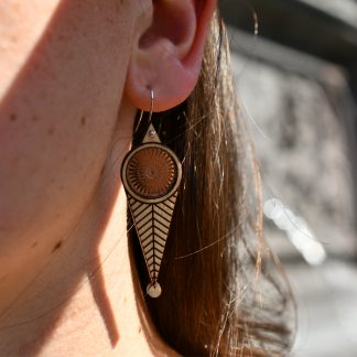 - boucles d'oreille en bois - bijoux écoresponsables - made in France - maison zéphyre - bijoux en bois - bijoux graphiques - bijoux poétiques - bijoux recyclés - fait main - artisanat français - bijoux contemporains - bijoux minimalistes -